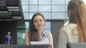 Dos mujeres jovenes que hablan en café al aire libre almacen de video