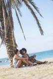 Dos mujeres jovenes que hablan en la risa de la playa Fotografía de archivo