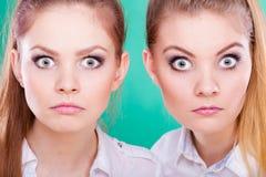 Dos mujeres jovenes que parecen chocadas Fotografía de archivo