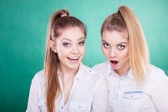 Dos mujeres jovenes que parecen chocadas Fotos de archivo