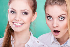 Dos mujeres jovenes que parecen chocadas Fotografía de archivo libre de regalías