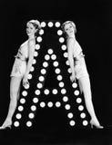 Dos mujeres jovenes que presentan con la letra A (todas las personas representadas no son vivas más largo y ningún estado existe  Imagen de archivo