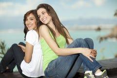 Dos mujeres jovenes que se divierten en el mar Imágenes de archivo libres de regalías