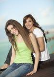 Dos mujeres jovenes que se divierten en el mar Imagen de archivo libre de regalías