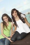 Dos mujeres jovenes que se divierten en el mar Imagenes de archivo