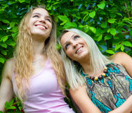 Dos mujeres jovenes que se relajan Imagen de archivo