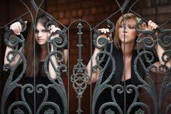 Dos mujeres jovenes tristes Fotos de archivo libres de regalías