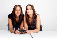 Dos mujeres, jugando a los juegos video Imagen de archivo