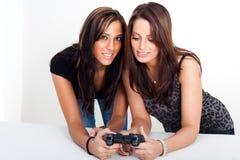 Dos mujeres, jugando a los juegos video Imagen de archivo libre de regalías