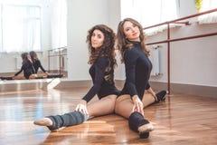 Dos mujeres juguetonas que hacen estirando ejercicio Fotos de archivo libres de regalías