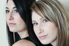 Dos mujeres junto Fotos de archivo libres de regalías