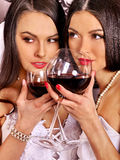 Dos mujeres lesbianas atractivas con el vino rojo Fotografía de archivo