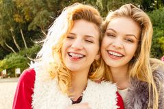 Dos mujeres locas que se divierten al aire libre Fotografía de archivo