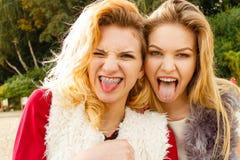 Dos mujeres locas que se divierten al aire libre Imagen de archivo libre de regalías