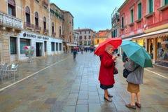 Dos mujeres mayores que hablan en la calle. Fotografía de archivo libre de regalías