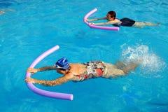 Dos mujeres mayores que hacen ejercicio de la natación en piscina Imagen de archivo