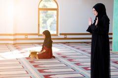 Dos mujeres musulmanes que ruegan Imágenes de archivo libres de regalías