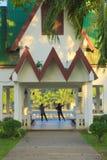 Dos mujeres que bailan en un parque tailandés, refugio tradicional, en la madrugada foto de archivo
