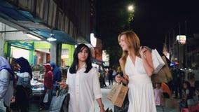 Dos mujeres que caminan en Malioboro en Jogjakarta almacen de video