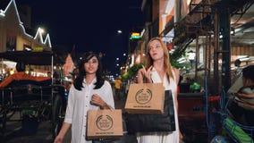 Dos mujeres que caminan en Malioboro en Jogjakarta almacen de metraje de vídeo