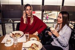 Dos mujeres que comen la comida Imágenes de archivo libres de regalías