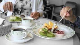 Dos mujeres que comen las frutas Foto de archivo