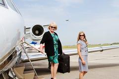 Dos mujeres que desembarcan del avión Imágenes de archivo libres de regalías