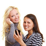 Dos mujeres que escuchan los ficheros MP3 Imagen de archivo libre de regalías