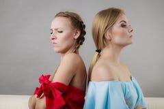 Dos mujeres que están enojadas en uno a Imagen de archivo libre de regalías
