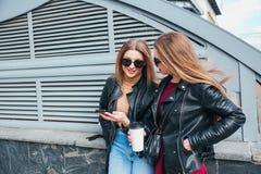 Dos mujeres que hablan en la ciudad Retrato al aire libre de la forma de vida de dos muchachas del inconformista de los mejores a Imágenes de archivo libres de regalías