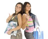 Dos mujeres que hacen compras Imágenes de archivo libres de regalías