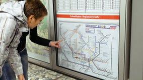 Dos mujeres que miran el mapa del metro del subterráneo Imagenes de archivo