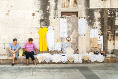 Dos mujeres que ofrecen el bordado hecho a mano en Zadar, Croacia foto de archivo