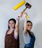 Dos mujeres que presentan con un rodillo y un mazo Fotografía de archivo