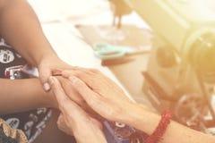 Dos mujeres que ruegan juntas y se animan filte del color Imágenes de archivo libres de regalías
