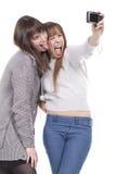 Dos mujeres que se divierten y que toman cuadros Imagen de archivo