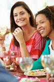 Dos mujeres que se relajan en el partido de cena Fotografía de archivo libre de regalías
