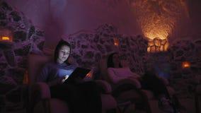 Dos mujeres que se relajan en una sal excavan en Halotherapy almacen de video