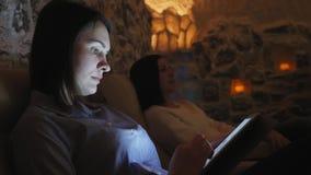 Dos mujeres que se relajan en una sal excavan en Halotherapy metrajes