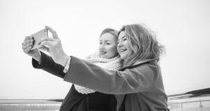 Dos mujeres que se tiran Imagen de archivo libre de regalías