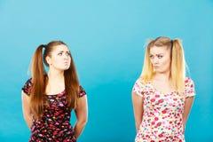 Dos mujeres que son ofendidas conseguidas la chepa Imagen de archivo libre de regalías