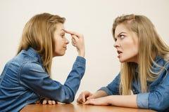 Dos mujeres que tienen discuten lucha Foto de archivo
