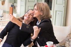 Dos mujeres que toman un selfie Foto de archivo