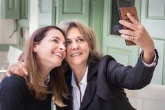 Dos mujeres que toman un selfie Imagen de archivo libre de regalías