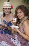 Dos mujeres que trabajan con la tableta foto de archivo