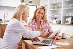 Dos mujeres que trabajan junto en casa fotografía de archivo libre de regalías