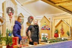 Dos mujeres que venden cóleras festivas en el mercado de la Navidad de Vilna Foto de archivo