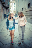 Dos mujeres rubias hermosas que caminan y que hablan Imagen de archivo
