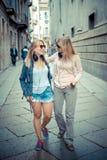 Dos mujeres rubias hermosas que caminan y que hablan Fotografía de archivo libre de regalías