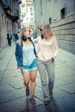 Dos mujeres rubias hermosas que caminan y que hablan Imágenes de archivo libres de regalías